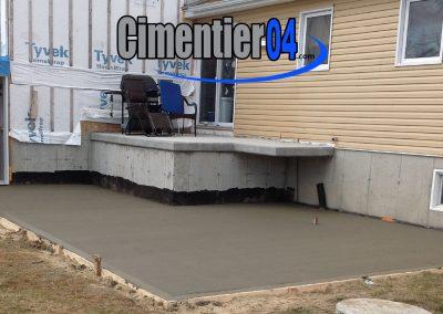 coulage de ciment derrière une maison